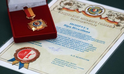В г. Каменское градоначальник вручил спортсменкам нагрудные знаки Днепродзержинск