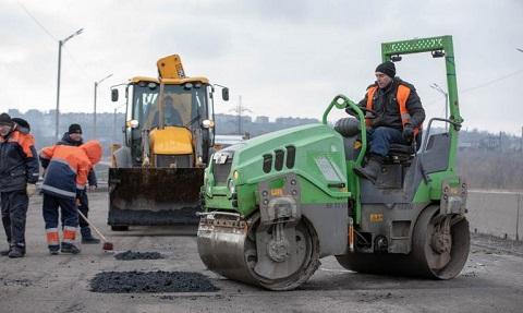 На основных магистралях Каменского проводят ямочный ремонт покрытия Днепродзержинск