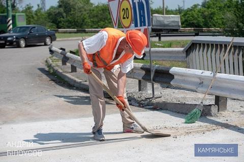 В г. Каменское завершают капитальный ремонт деформационного шва на мостовом переходе Днепродзержинск