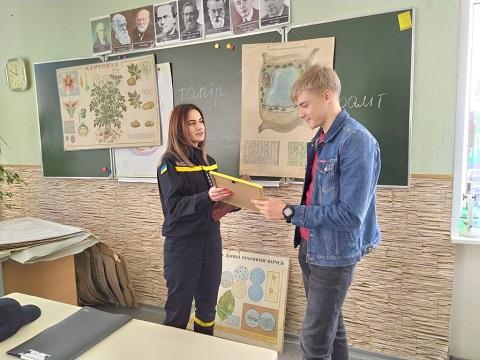 Каменские спасатели вручили двум юношам грамоты  Днепродзержинск