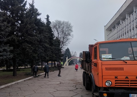 В Каменском у городского совета провели обрезку елей Днепродзержинск