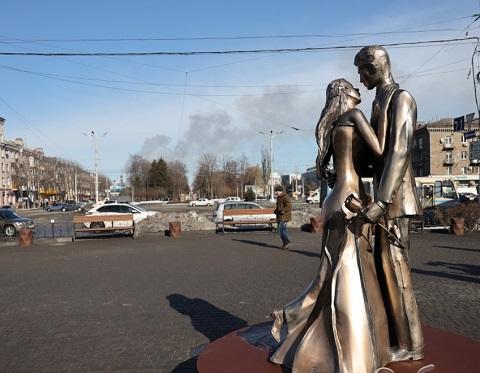 В Каменском Майдан Героев украсила скульптурная композиция Днепродзержинск