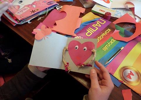 Библиотека-филиал № 5 г. Каменское на время стала мастерской для изготовления открыток-валентинок Днепродзержинск