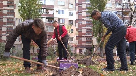 Во дворе по бульвару Строителей г. Каменское прошел субботник Днепродзержинск