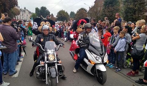 По улицам Каменского прошел парад Диснея Днепродзержинск