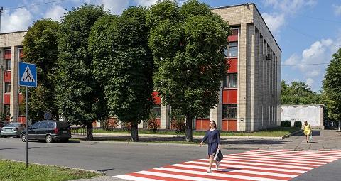 На дороги и пешеходные переходы в Каменском наносят разметку Днепродзержинск