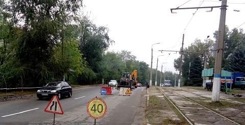 В Каменском в районе Цемзавода проводят ремонт водопроводной трубы Днепродзержинск