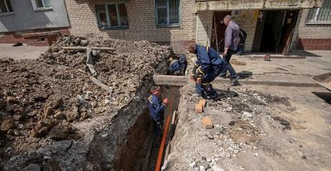 В Каменском выполняют замену канализационных выпусков в многоквартирных домах Днепродзержинск