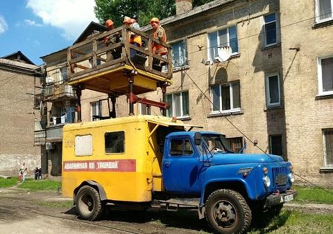 На трамвайных путях г. Каменское восстанавливают контактные провода Днепродзержинск