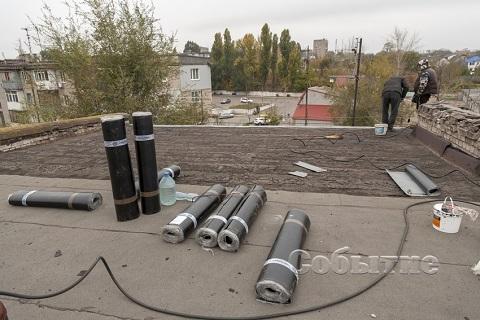 Рабочие УКОЖФ г. Каменское активно ведут работы по ремонту кровли жилых домов Днепродзержинск