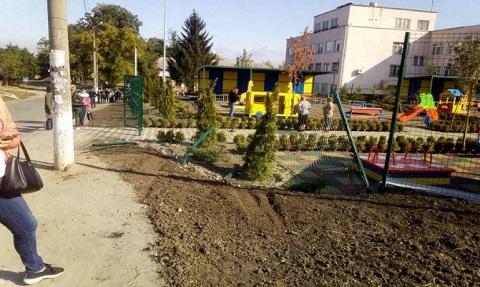 Автомобиль заехал на детскую площадку нового детсада г. Каменское Днепродзержинск