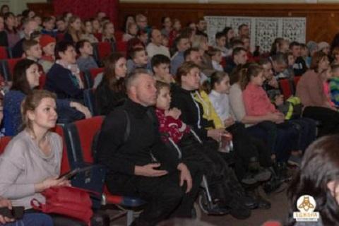 В г. Каменское для детей провели рождественские праздники Днепродзержинск
