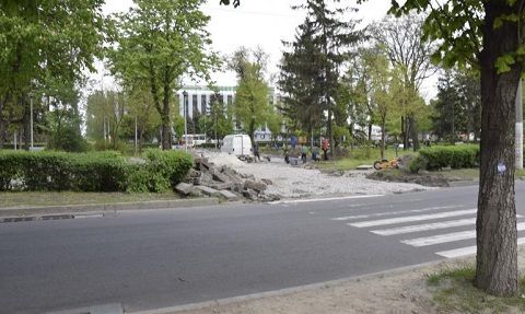 Каменчане продолжают реконструкцию территории сквера по проспекту Свободы Днепродзержинск