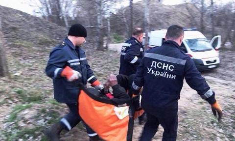 Каменские спасатели оказали помощь медикам в госпитализации бездомного человека Днепродзержинск