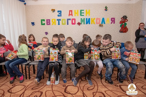 Детям г. Каменское вручили подарки представители партии «Бджола» Днепродзержинск