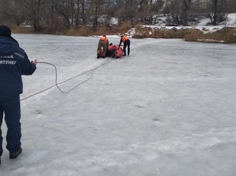 Спасатели г. Каменское достали тело мужчины из проруби дренажного канала Днепродзержинск