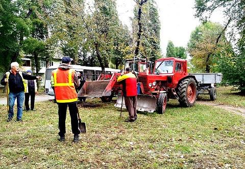 КП «Транспорт» г. Каменское ведет уборку листвы вдоль трамвайных путей Днепродзержинск