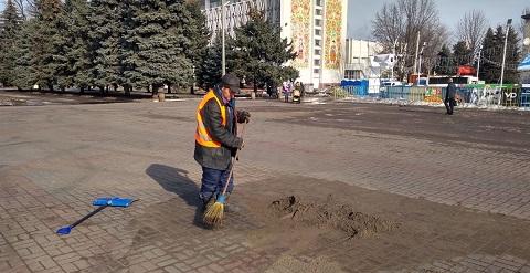 С улиц Каменского убирают песок Днепродзержинск