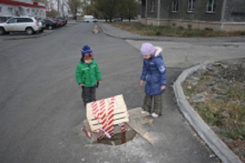 «Горводоканал» г. Каменское предупреждает жителей города об опасности открытых люков колодцев Днепродзержинск