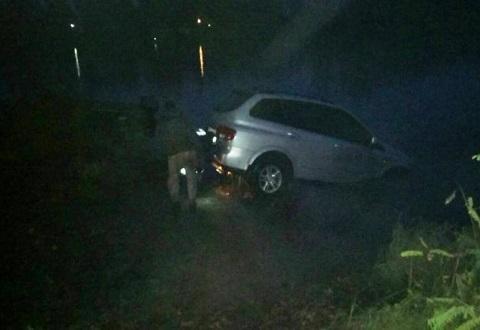 В Каменском спасатели извлекли автомобиль из водоема Днепродзержинск