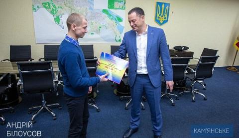 Мэр Каменского вручил сироте сертификат на покупку жилья  Днепродзержинск