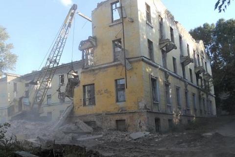 В Каменском  снесли заброшенные общежития Днепродзержинск
