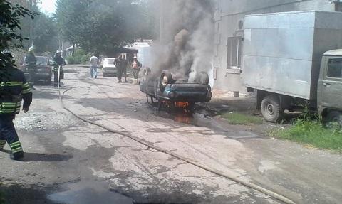 Служба спасения Каменского ликвидировала возгорание автомобиля у дома Днепродзержинск